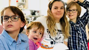 Magali, une fan de Star Wars, avec ses enfants. (MATTHIEU MONDOLONI / RADIO FRANCE)