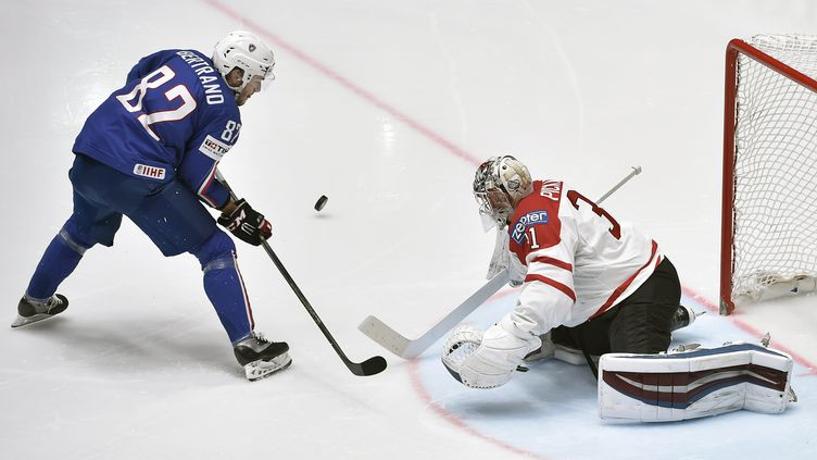 L'attaquant des Bleus, Charles Bertrand, face au gardien canadien, Calvin Pickard. (ALEXANDER NEMENOV / AFP)
