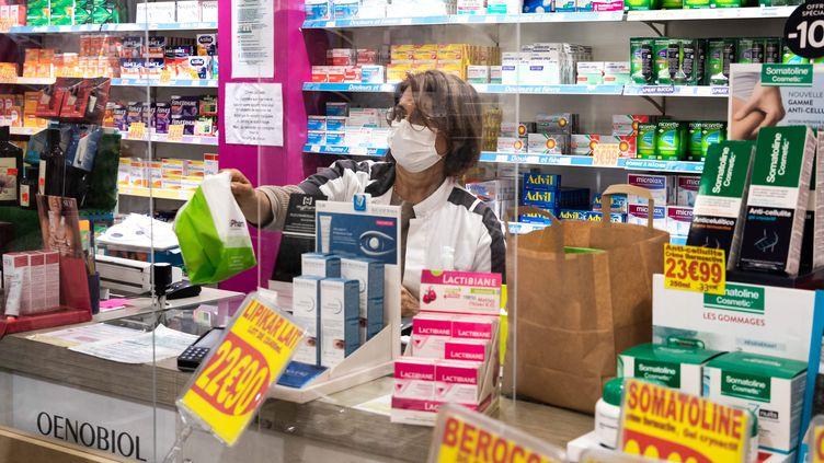 Une pharmacienne avec un masque à Paris, le 15 avril. (ALEXIS SCIARD  / MAXPPP)