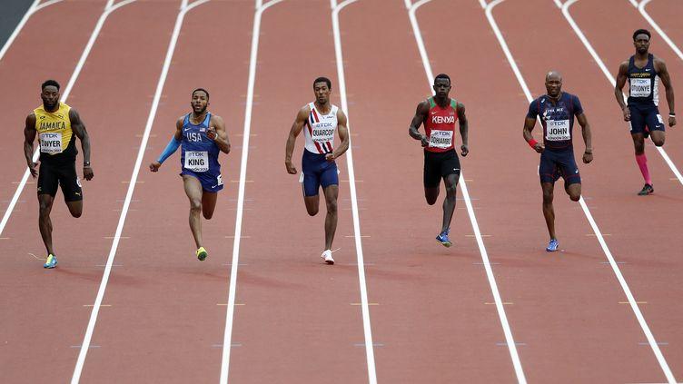 Mark Odhiambo (en rouge) lors des championnats du monde d'athlétisme à Londres, en 2017. (ADRIAN DENNIS / AFP)