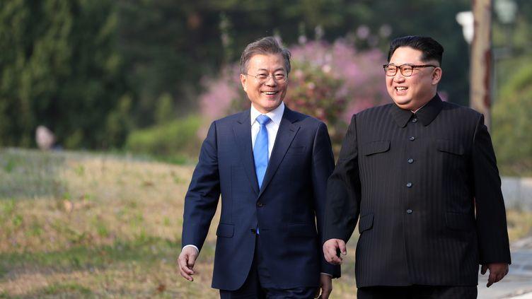 Le président sud-coréen, Moon Jae-in, et son homologue nord-coréen, Kim Jong-un, le 27 avril 2018 à Panmunjom (Corée du Sud). (AFP)