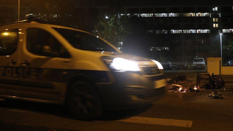 De nouvelles tensions ont éclaté à Villeneuve-la-Garenne entredes habitantset les forces de l'ordre dans la nuit du dimanche 19 avril au lundi 20 avril. (GEOFFROY VAN DER HASSELT / AFP)