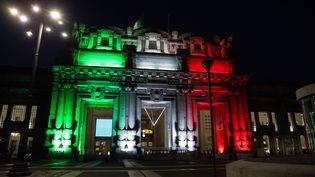 La façade de la gare centrale de Milan illuminée aux couleurs du drapeau italien, le 8 avril 2020. (MAIRO CINQUETTI / NURPHOTO / AFP)