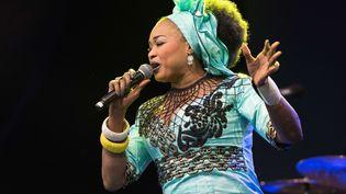 A voir sur Culturebox dans la page spéciale Journée de la femme, le concert d'Oumou Sangaré à Jazz sous les pommiers (la chanteuse est ici au WOMAD Festival en juillet 2017).  (Michael Jamison/Shutter/SIPA)