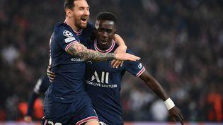 Lionel Messi célèbre le but d'Idrissa Gueyecontre Manchester City, le 28 septembre au Parc des Princes (FRANCK FIFE / AFP)