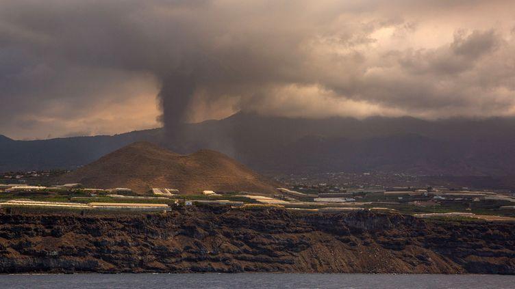 De la fumée sortant du volcanCumbre Vieja, sur l'île de la Palma, aux Canaries (Espagne), le 23 septembre 2021. (DESIREE MARTIN / AFP)
