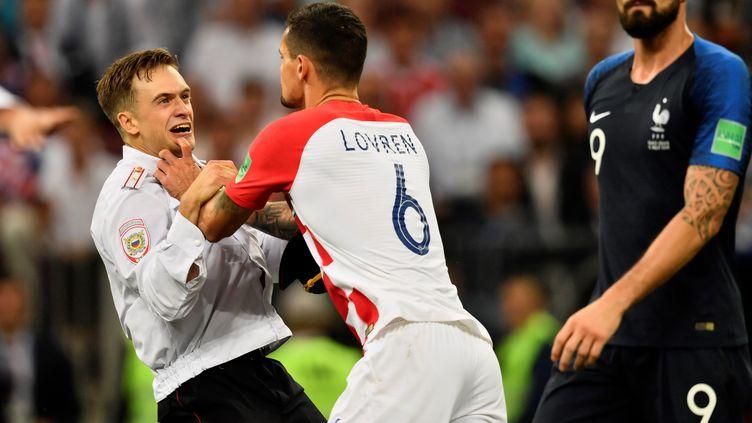 Un streaker est évacué pendant la finale de la Coupe du monde, dimanche 15 juillet à Moscou (Russie). (CHRISTOPHE SIMON / AFP)