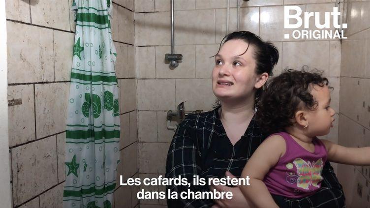 """À Saint-Denis, en région parisienne, les """"marchands de sommeil"""" se frottent les mains. Ici, des locataires vivent dans des habitats vétustes et à risque en attendant d'être relogés. (BRUT)"""