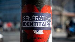 Un sticker du groupe d'extrême-droite Génération identitaire, à Paris, le 6 mars 2021. (RICCARDO MILANI / HANS LUCAS / AFP)