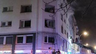 Dans la nuit du mercredi 26 au jeudi 27 février, cinq personnes ont trouvé la mort dans un incendie à Strasbourg (Bas-Rhin).À la mi-journée, deux individus étaient en garde à vue. Explications avec la journaliste Caroline Arnold, en direct du lieu du drame. (FRANCE 2)