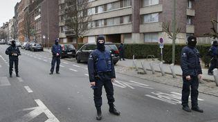 Des policiers dans le quartier de Molenbeek, à Bruxelles, vendredi 18 mars 2016. (FRANCOIS LENOIR / REUTERS)