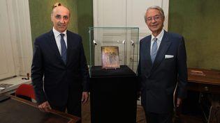 Le Christ moqué, tableau attribué à Cimabue, vendu aux enchères de Compiègne, avec le maire Philippe Marini (LR) et DominiqueleCoent, le commissaire priseur. Le 24octobre 2019 à Compiègne. (O.LEJEUNE / MAXPPP)
