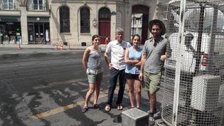 Des chercheurs testent l'arrosage des rues pendant la canicule,à Paris, en juillet 2017. (RADIO FRANCE / MATHILDE LEMAIRE)