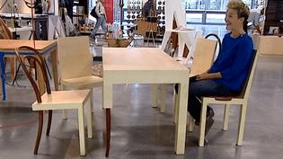 La jeune designer,Celia Persouyre, présente d'un air amusé sa création, un ensemble bistrot qui rend hommage à la chaise.  (France3 / Culturebox)