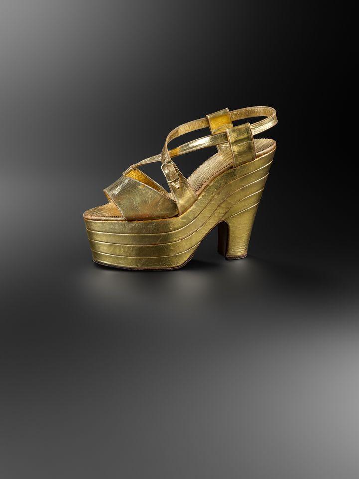 """Exposition """"Marche et démarche. Une histoire de la chaussure"""".Sandale pour femme,France, vers 1938. (MAD PARIS / HUGUES DUBOIS)"""