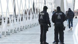 Des policiers allemands qui contrôlent des piétons à la frontières entre la France et l'Allemagne à Kehl. (SEBASTIEN BOZON / AFP)