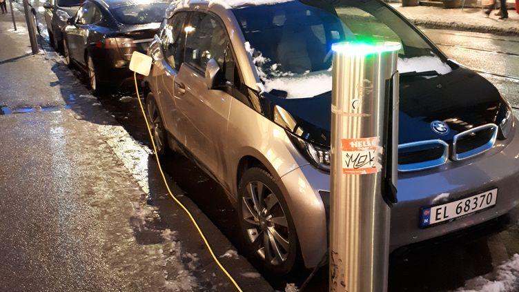 Une borne de recharge de voiture électrique à Oslo, le 20 novembre 2017. (BENJAMIN MATHIEU / RADIO FRANCE)