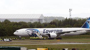 Un avion de la compagnie EgyptAir, à l'aéroport de Glasgow, le 15 juin 2013. (ANDY BUCHANAN / AFP)