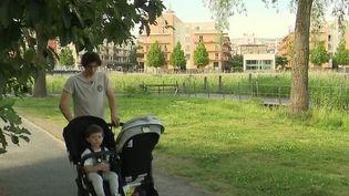 Suède : le pays des papas poussette, où le congé parental se partage entre père et mère (France 2)