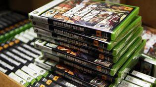 Des piles du jeu GTA IV, lors de sa sortie, à New York, le 28 avril 2008. ( LUCAS JACKSON / REUTERS )