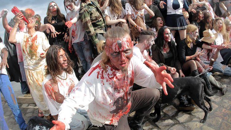"""Quelques-uns des deux cent cinquante participants à la """"zombie walk"""", le 29 octobre 2011 à Bordeaux. (THEILLET / SUD OUEST / MAXPPP)"""
