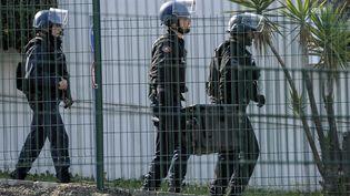 Des gendarmes montent la garde devant le lycée Alexis-de-Tocqueville de Grasse (Alpes-Maritimes), où un jeune homme a été arrêté le 16 mars 2017 après avoir blessé plusieurs personnes avec une arme à feu. (MAXPPP)