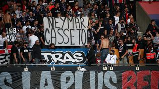Une banderole des supporters parisiens durant le match PSG-Nimes, le 11 août au Parc des Princes. (ARNAUD JOURNOIS / MAXPPP)