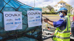 Une cargaison de vaccins contre le Covid-19 envoyée par le dispositif Covax est déchargée à Madagascar le 8 mai 2021. (MAMYRAEL / AFP)