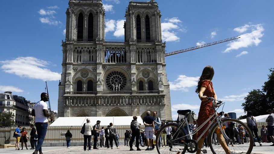 """Notre-Dame de Paris : en 2024, la cathédrale sera """"plus lumineuse"""", assure le recteur, qui s'attend à devoir """"réguler"""" les visiteurs"""