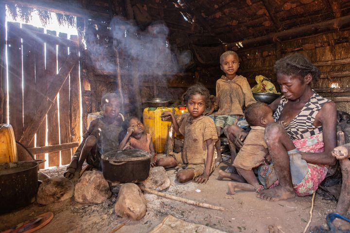 Une famille de cinq enfants très affectée par la sécheresse qui a ravagé les récoltes dans le district d'Ambovombe (province de Tuléar), dans le sud de Madagascar. (TSIORY ANDRIANTSOARANA/WFP)