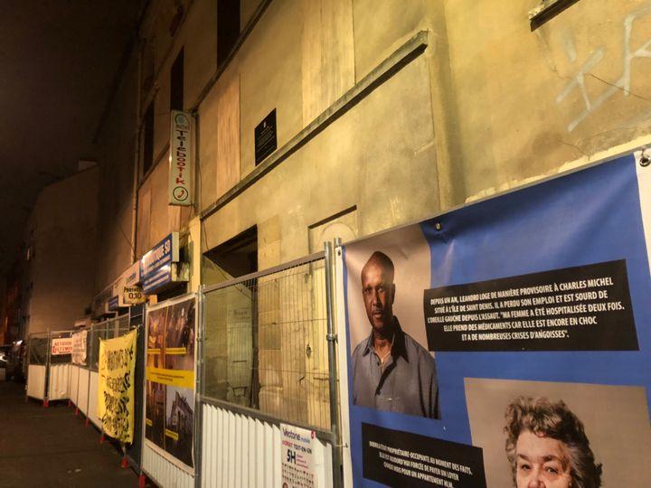 Devant la façade de l'immeuble, le portrait de ses anciens habitants toujours sans logement deux ans après l'assaut du Raid, dontLeandro (en haut), qui a perdu son emploi et est sourd de l'oreille gauche depuis l'assaut. (SEBASTIEN SABIRON / RADIO FRANCE)