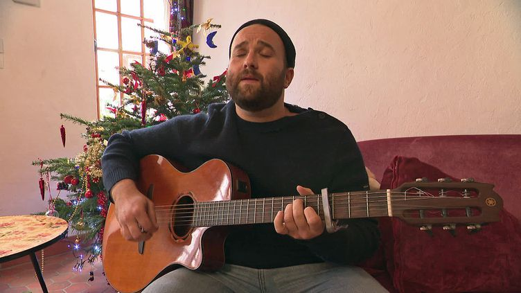 Le musicien Lewis Evans chez lui à Granville. (France 3 Normandie)