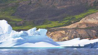 Un iceberg sur la côte est de l'île de Disko,dans la mer de Baffin, près de l'île principale du Groenland. (ANTOINE LORGNIER / BIOSPHOTO / AFP)