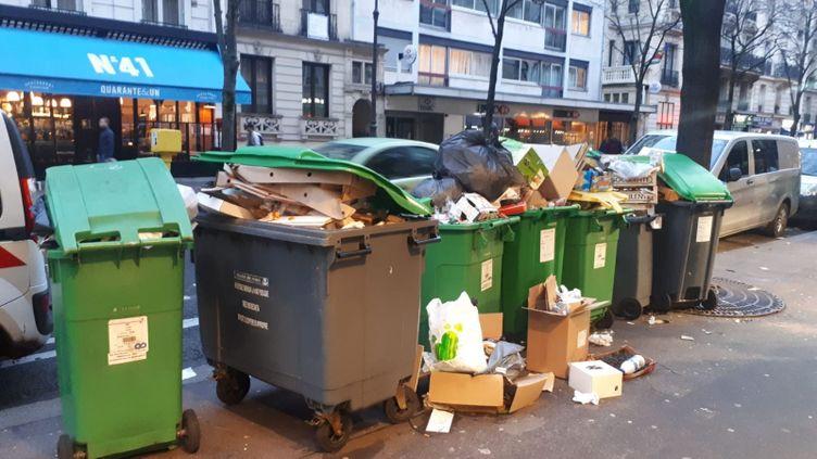 Les poubelles s'entassent avenue Mozart, dans le 16e arrondissement de Paris. (FARIDA NOUAR / RADIO FRANCE)
