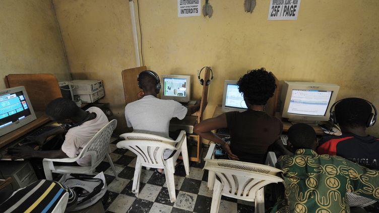 Un cybercafé à Abidjan. La cybercriminalité apprécie ces lieux qui assurent l'anonymat. (ISSOUF SANOGO / AFP)