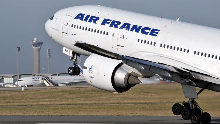 La direction d'Air France affirme que si aucune mesure n'est prise, il resterait un sureffectif de 500 à 600 hôtesses et stewards après 2014. (ERIC PIERMONT / AFP)