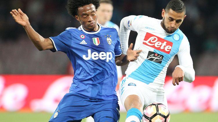 Le Turinois Cuadrado à la lutte avec le Napolitain Ghoulam lors du choc de Serie A (CARLO HERMANN / AFP)