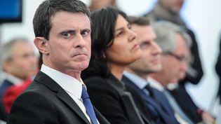 Manuel Valls, Myriam El Khomri et Emmanuel Macron, le 22 février 2016 à Chalampé (Haut-Rhin). (SEBASTIEN BOZON / AFP)