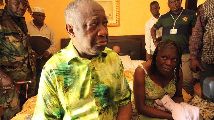 Laurent Gbagbo et sa femme au moment de son arrestation dans une chambre de l'hôtel du Golf à Abidjan (Côte d'Ivoire) le 11 avril 2011. (ARISTIDE BODEGLA / AFP)