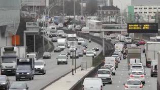 Les vieux diesels ne seront plus autorisés dans les zones à faible émission, à partir du mardi 1er juin. 200 000 véhicules ne pourront donc plus rentrer à Paris et dans ses environs. (FRANCE 2)