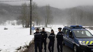 Des gendarmes bloquent l'accès à une route menant au lieu où le corps de la petite Maëlys était recherché, le 15 février 2018 àAttignat-Oncin (Savoie). (Photo d'illustration) (PHILIPPE DESMAZES / AFP)