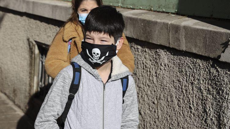 Un écolier et une écolière retournent à l'école avec des masques, le 12 mai 2020 à Nice (Alpes-Maritimes). (ARIE BOTBOL / HANS LUCAS / AFP)