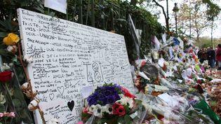 Fleurs, bougies et messages sont visibles devantla salle de concert duBataclan, Paris, le 19 novembre 2015. (BILAL MUFTUOGLU / ANADOLU AGENCY / AFP)