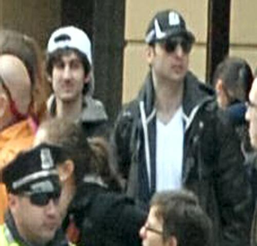 Les deux hommes suspectés d'être les auteurs du double attentat du marathon de Boston (Massachusetts, Etats-Unis), sur un cliché diffusé par le FBI le 19 avril 2013. (FBI)