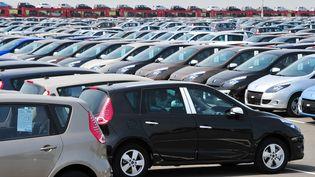 Un parking de voitures Renault, à Douai (Nord), le 25 mai. (PHILIPPE HUGUEN / AFP)