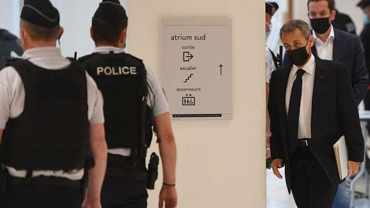 Nicolas Sarkozy arrive au tribunal correctionnel de Paris, le 15 juin 2021. (CHRISTOPHE ARCHAMBAULT / AFP)
