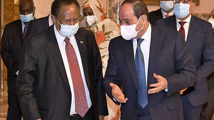 Le président égyptien Abdel Fattah al-Sissi s'entretient,le 11 mars 2021 au Caire, avec le Premier ministre soudanais Abdallah Hamdok (à gauche). Au cœur des discussions, la mise en eau du Grand barrage éthiopien. (- / EGYPTIAN PRESIDENCY)