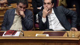 Le ministre des Finances grec Euclide Tsakalotos et son Premier ministre Alexis Tsipras, à Athènes, le 15 juillet 2015. (ARIS MESSINIS / AFP)