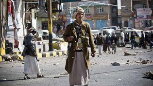 Un rebelle chiite garde une rue qui mène au palais présidentiel, à Sanaa, la capitale du Yémen, le 20 janvier 2015. (HANI MOHAMMED / AP / SIPA)
