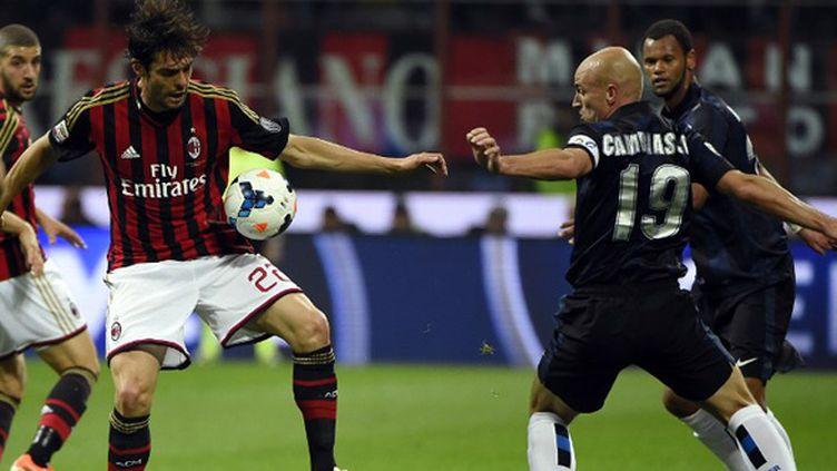 Kaka (AC Milan) face à Esteban Cambiasso (Inter Milan) (OLIVIER MORIN / AFP)